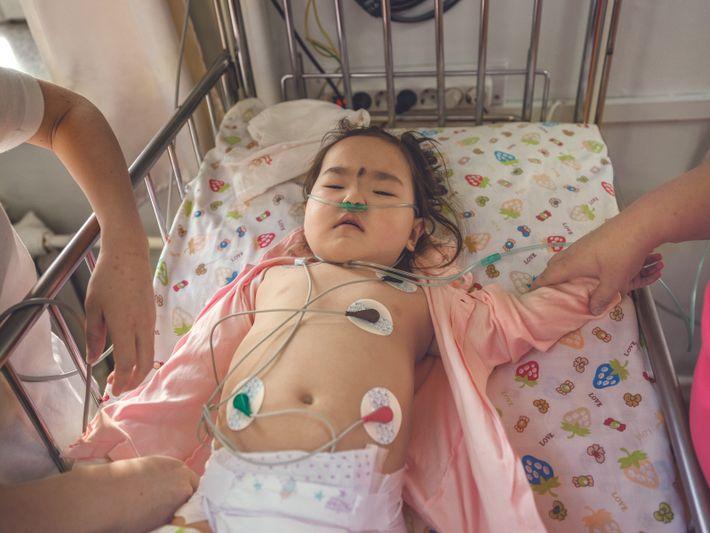 Une fillette de 2 ans est traitée dans un hôpital spécialisé en pneumonie et maladies pulmonaires, ...