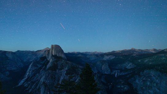 Le 07 juillet 2020, la nuit tombe sur la vallée du Yosemite alors que les étoiles constellent le ...
