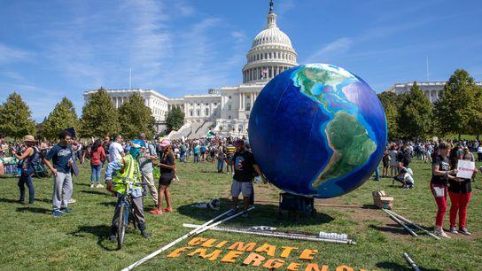 Des environnementalistes se rassemblent devant le Capitole, à Washington, DC, pour sensibiliser le grand public à la ...