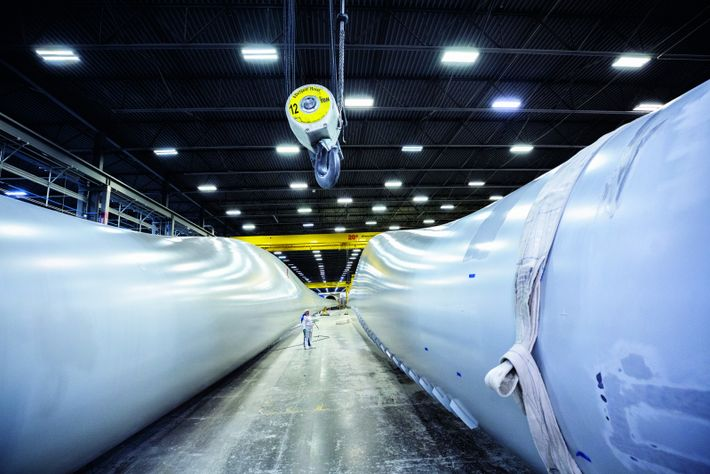 Des ouvriers s'activent autour de pales d'éoliennes usinées par TPI Composites, à Newton, dans l'Iowa. L'énergie renouvelable ...