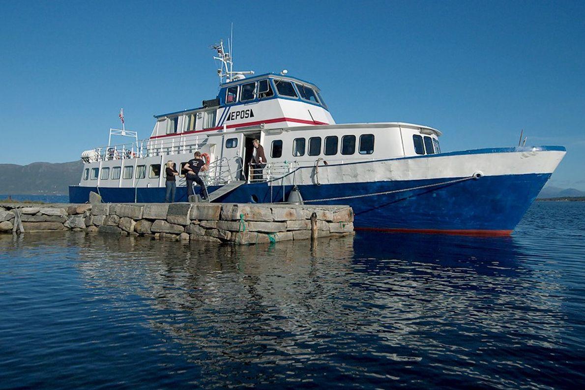 Chaque été depuis 1959, Epos, cette bibliothèque flottante de 25 mètres de long vogue sur les ...