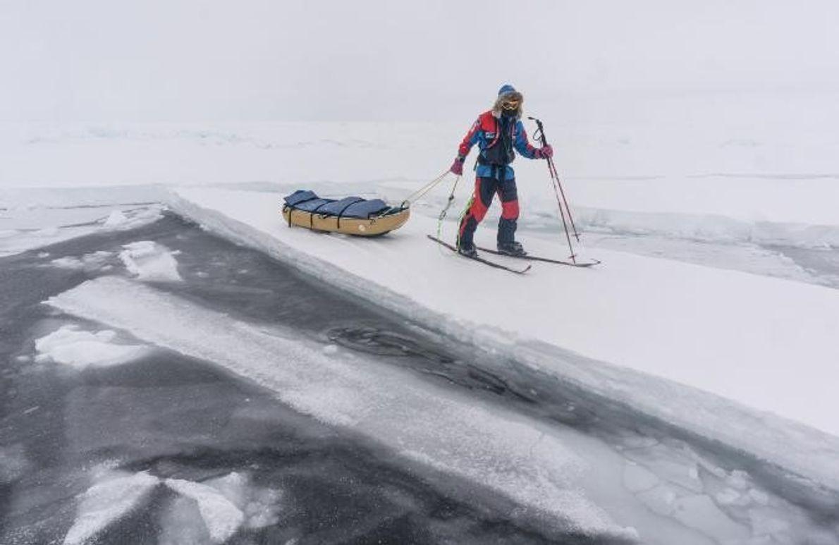 Parfois, Larsen et Ryan Waters n'avaient d'autre choix que de suivre la glace solide qu'ils pouvaient ...