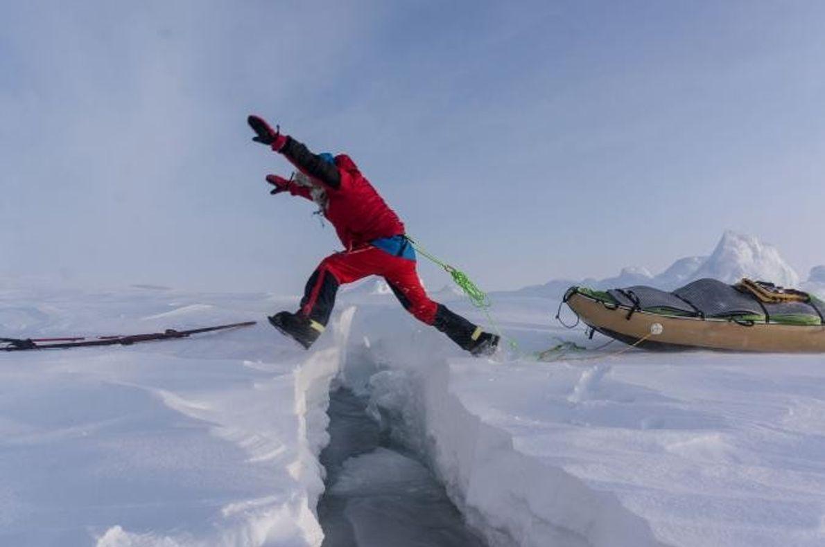 Au mieux, les conducteurs (fissures dans la glace) sont assez petits pour sauter. Les plus grands ...