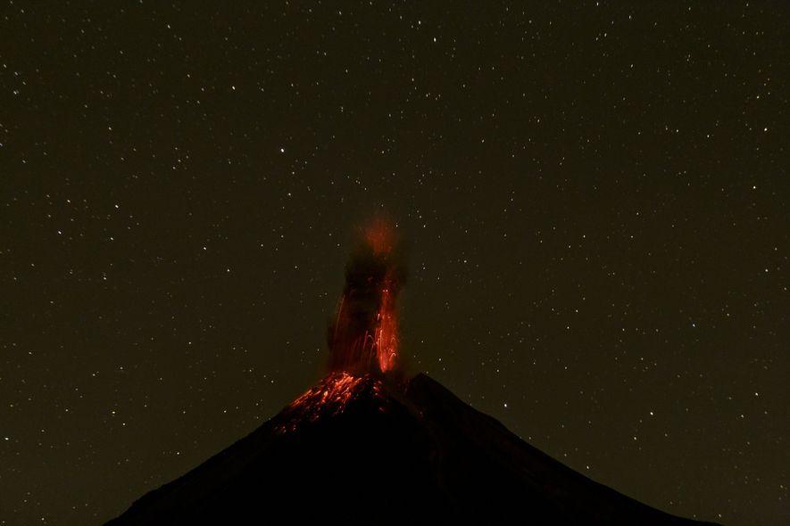 Instants précédant la photo de Tapiro capturant l'éruption du volcan de Colima le 13 décembre 2015.