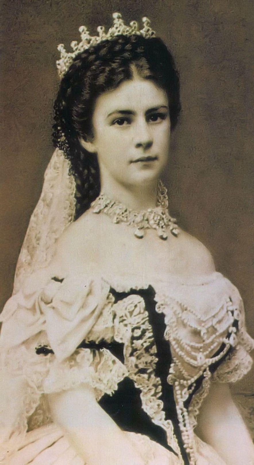 Photographie d'Élisabeth, Impératrice d'Autriche, le jour de son couronnement comme Reine de Hongrie, le 8 juin ...