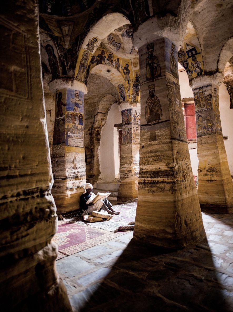 En Tigré, dans l'église Abuné Gebré Mikael, un prêtre lit la Bible.