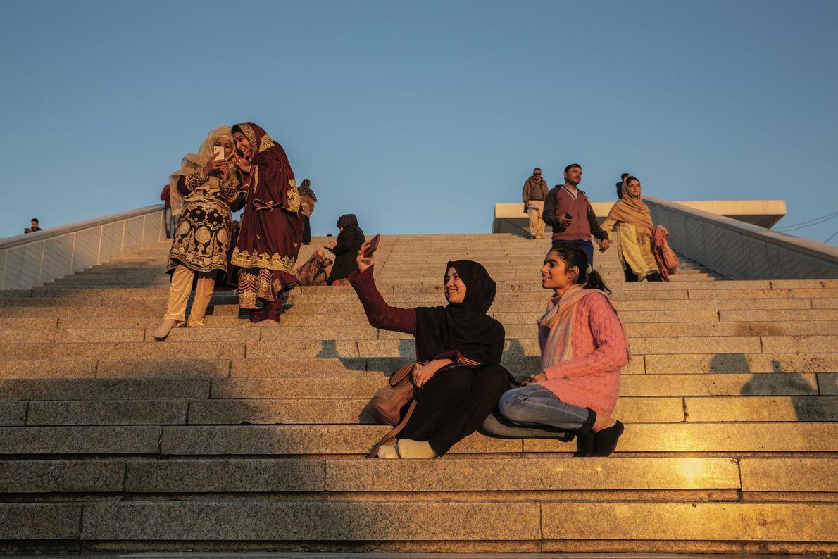 À la demande de sa famille, Bibi Sabar, 22 ans (à gauche), est partie à Islamabad ...