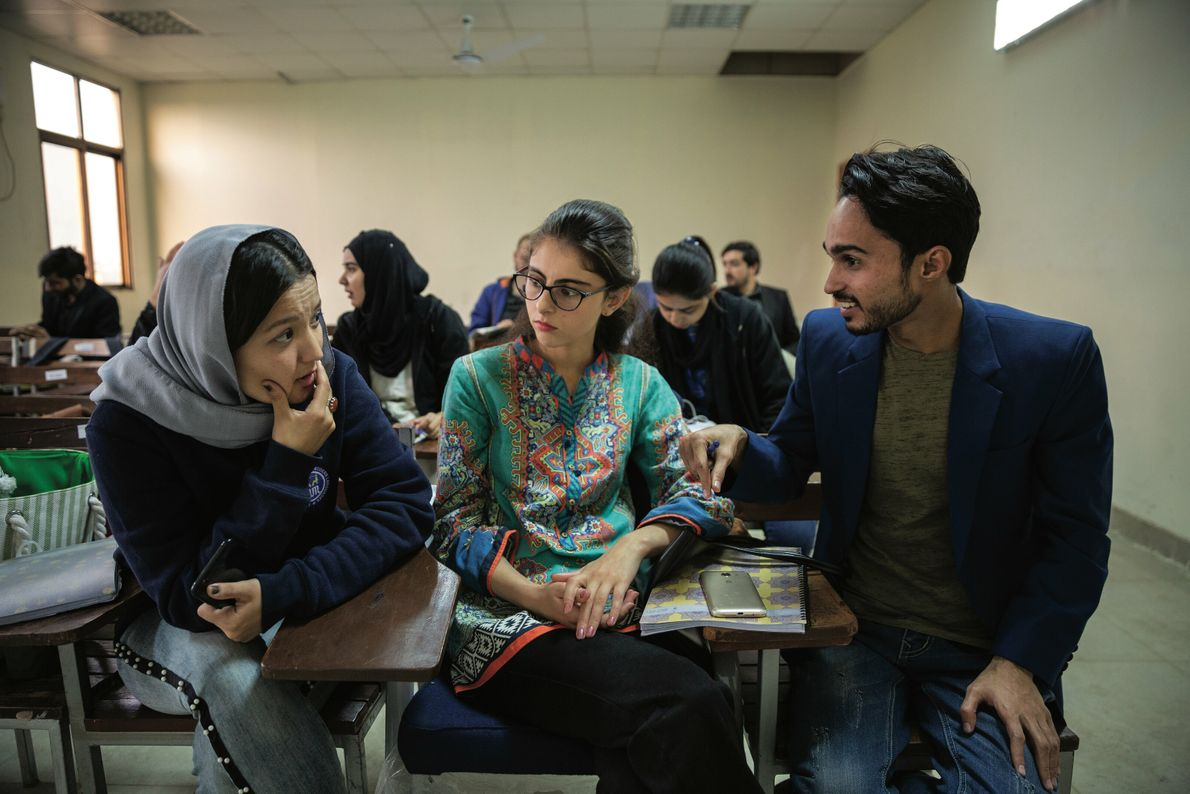 Haleema, 22 ans (à gauche), une Hazara de Quetta, échange avec des condisciples pendant un cours ...
