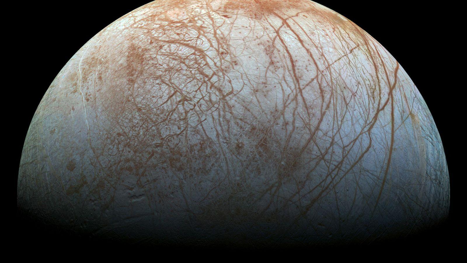 Europe, l'une des lunes de Jupiter, est recouverte d'une épaisse couche de glace sous laquelle se ...