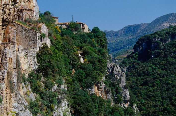 Le long de la Gorge de Lousios, les monastères perchés dangereusement au sommet des montagnes sont ...