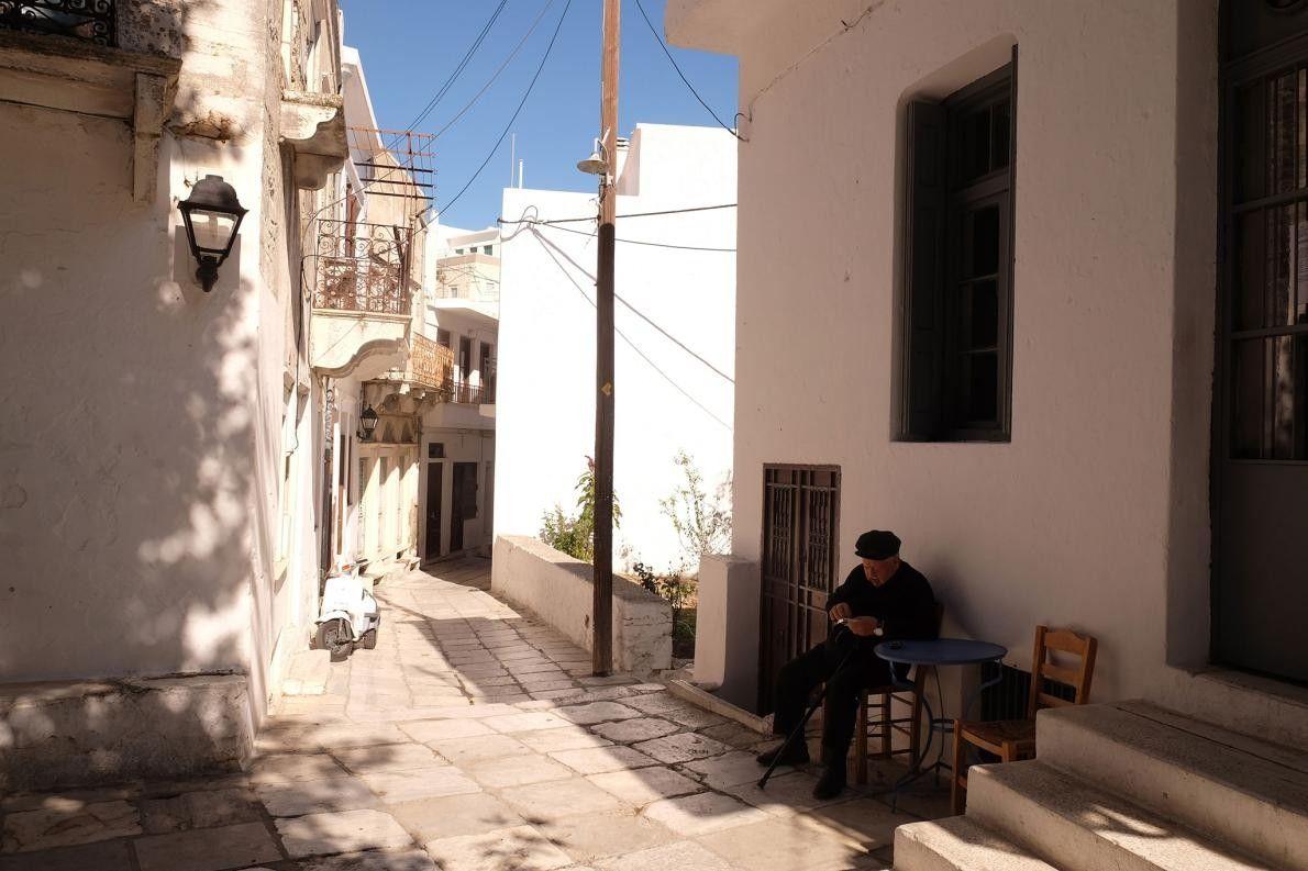 APEIRANTHOS, GRÈCE - Situé à Naxos, une île des Cyclades, ce village à flanc de montagne ...