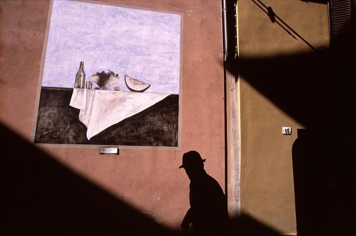 DOZZA, ITALIE - Dans les années 1960, le village médiéval de Dozza, perché au sommet d'une ...