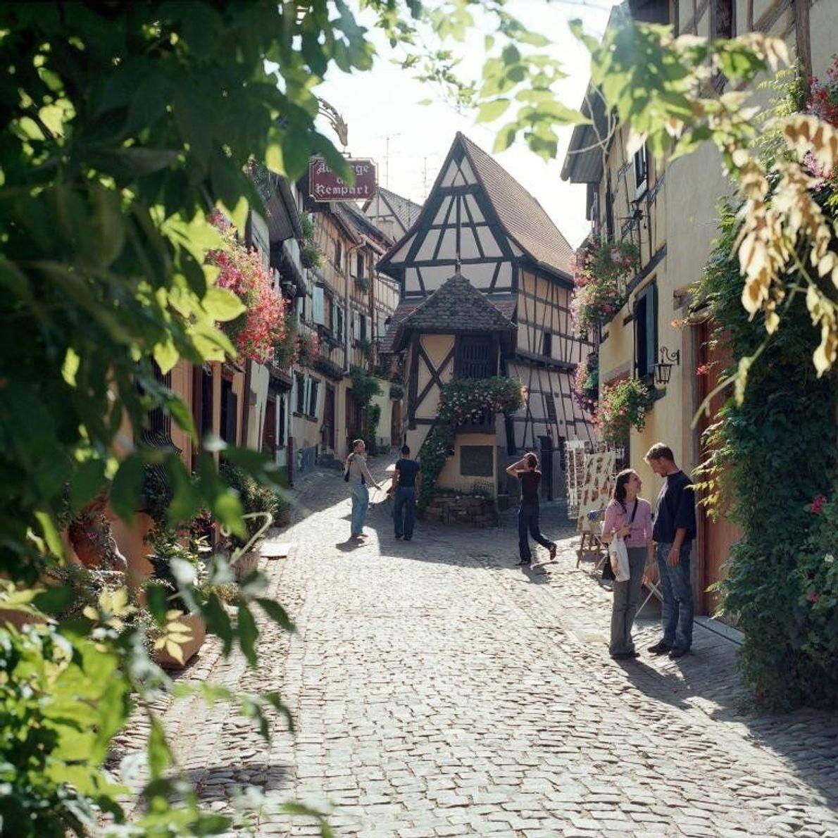 EGUISHEIM, FRANCE - Considéré comme le berceau de la viticulture en Alsace, Eguisheim est une étape ...