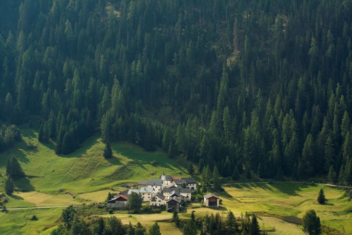 GUARDA, SUISSE - Les chalets sont nombreux dans le village de Guarda. 16 chemins de randonnée ...