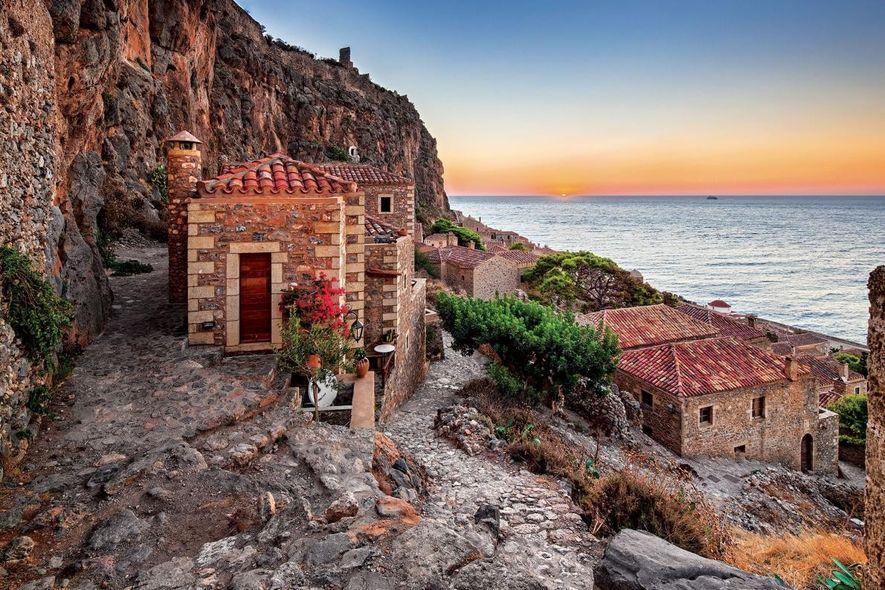 MONEMVASIA - GRÈCE - Érigé sur son propre éperon rocheux, ce village fortifié n'est relié à ...