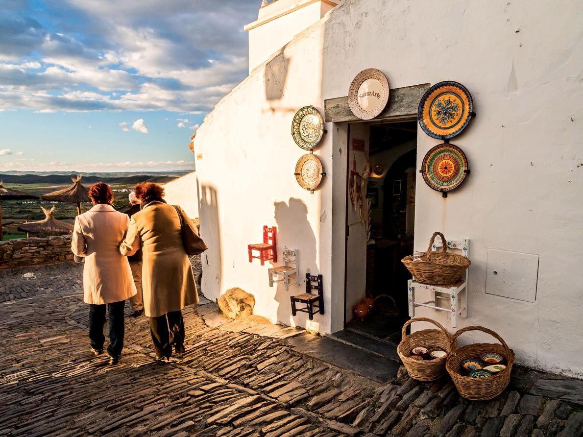 MONSARAZ, PORTUGAL - Surplombant les plaines de l'Alentejo, le village portugais fortifié aux maisons blanches de ...