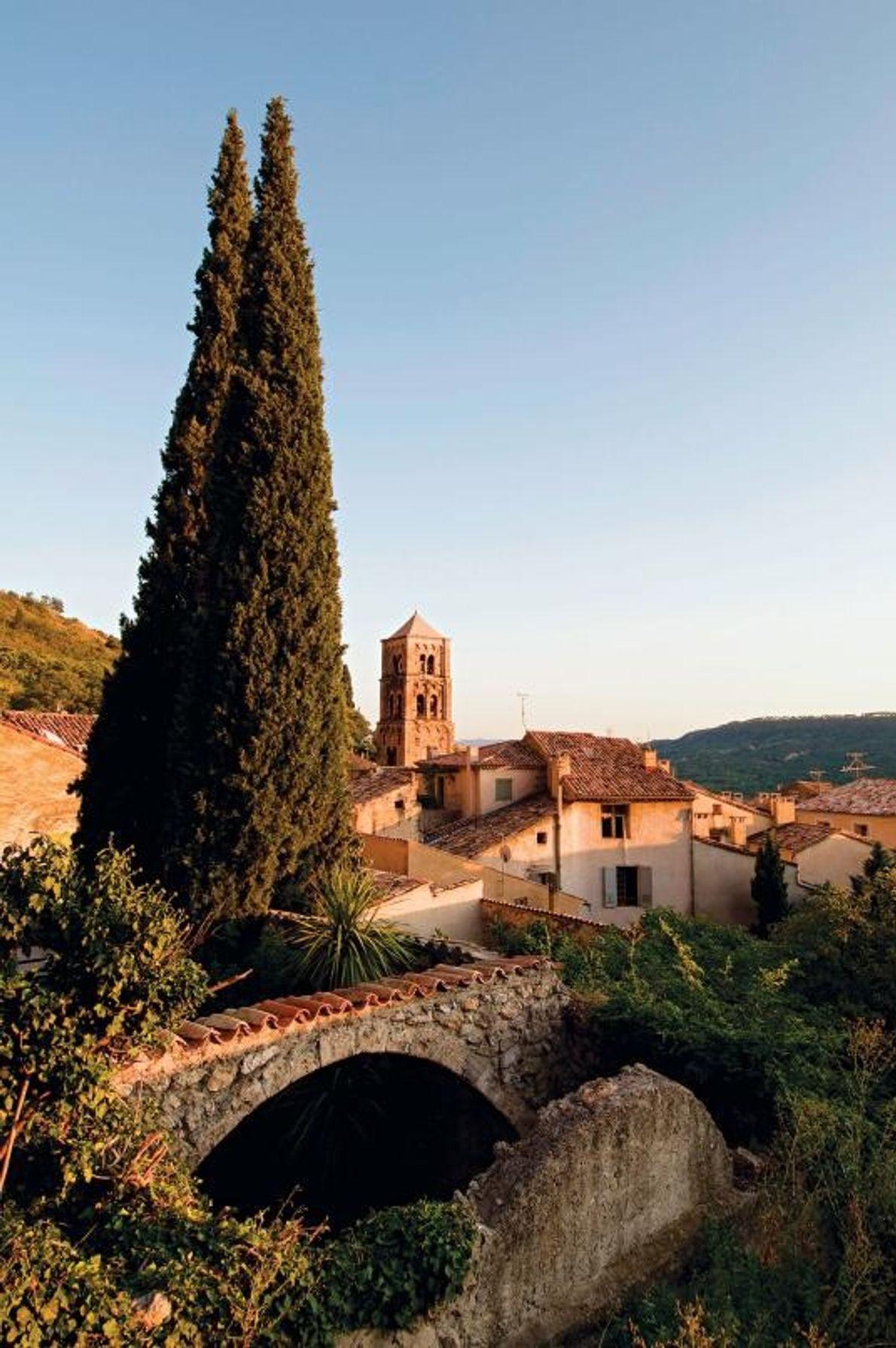 MOUSTIERS-SAINTE-MARIE, FRANCE - Situé à flanc d'une colline en craie dans l'est de la Provence, ce ...