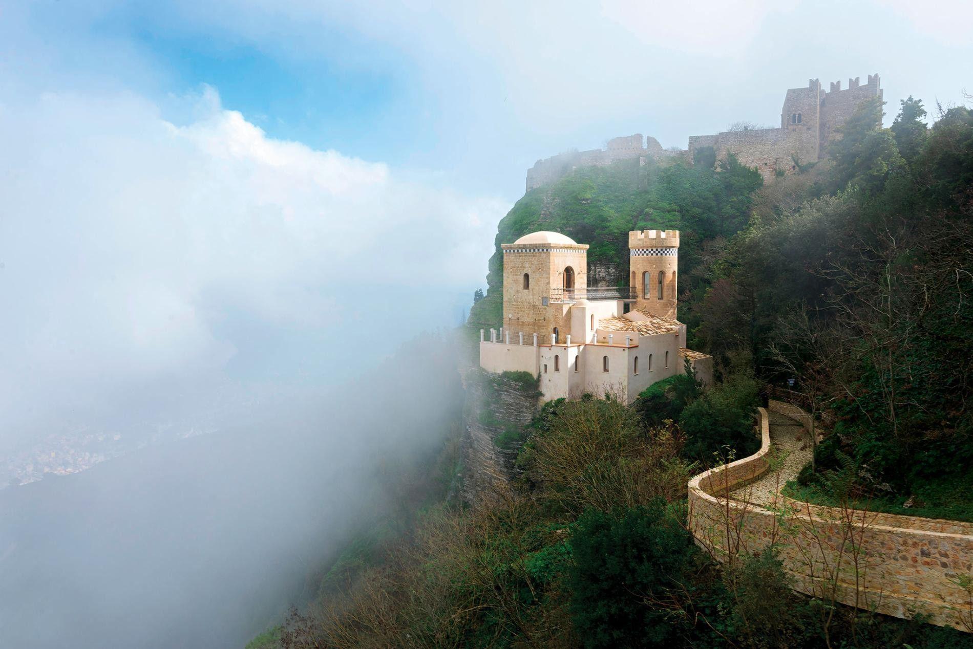 ERICE, ITALIE - Pour accéder à cet ensemble de monuments médiévaux semblant venir tout droit d'un rêve, le plus simple est de prendre le funiculaire. Perchés au sommet des montagnes, les monuments sont souvent enveloppés dans un banc de nuages, surnommé « Le baiser de Vénus » par les locaux. Lieu de culte païen à l'origine, le village a conservé son artisanat traditionnel sicilien. Vous pourrez y trouver des céramiques peintes à la main et des tapis tissés à la main, vendus dans les nombreux ateliers du village.