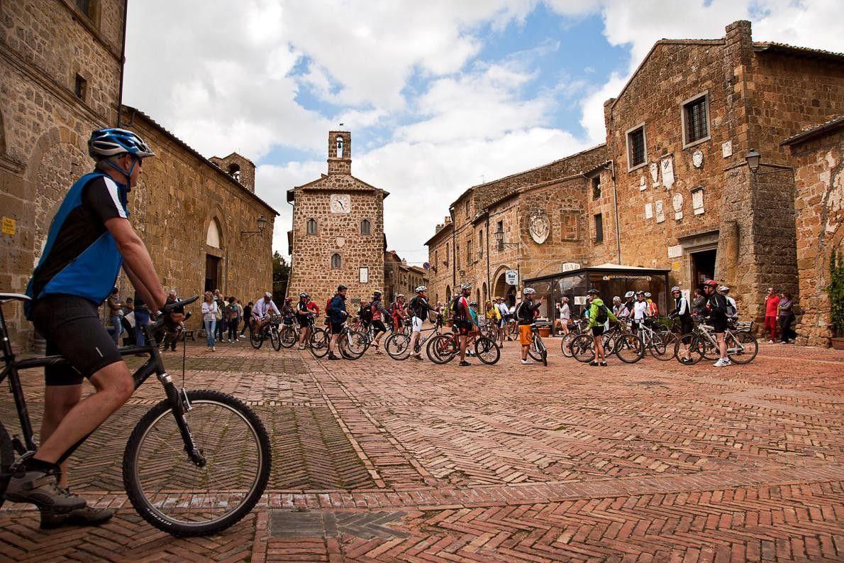 SOVANA, ITALIE - Sovana, village du sud de la Toscanie n'a qu'une seule rue mais vous ...