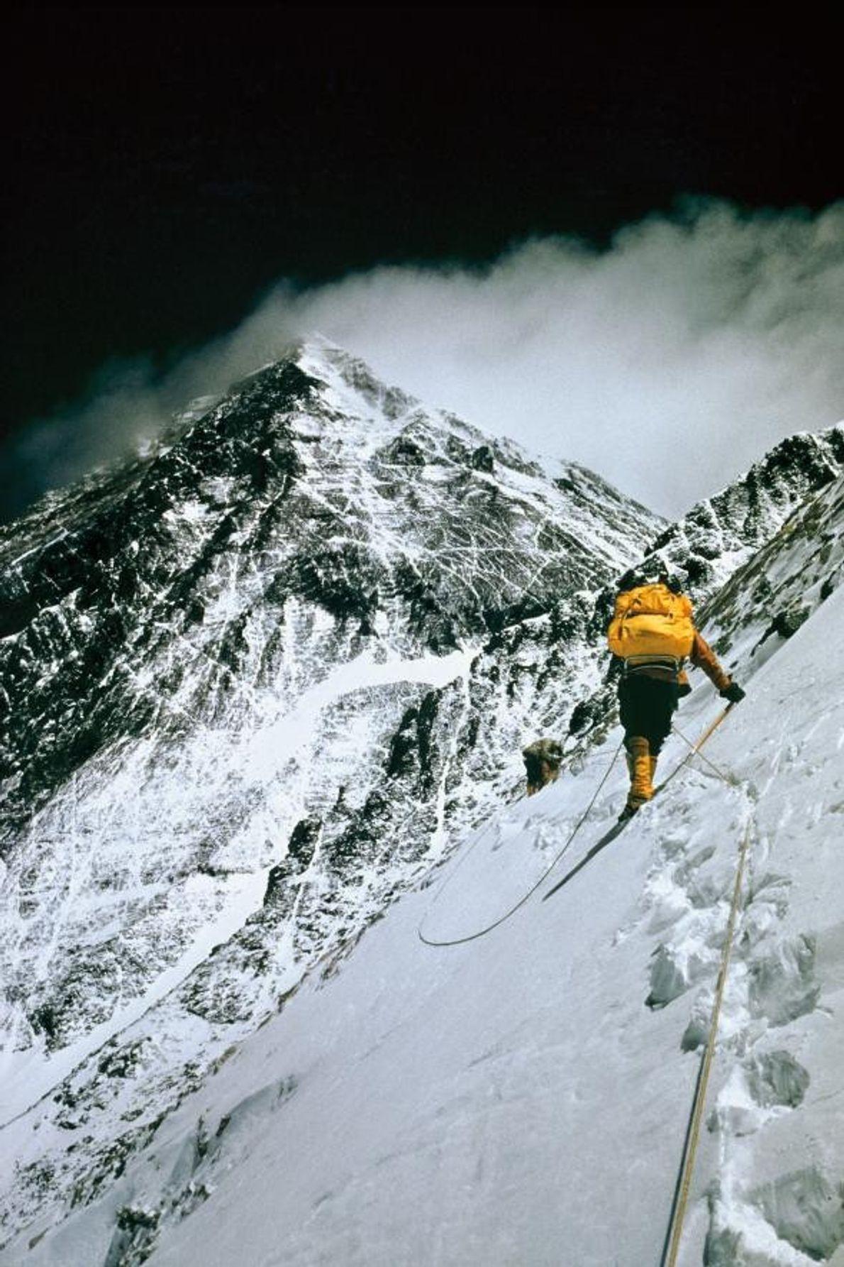 Menée par l'alpiniste suisse Norman Dyhrenfurth, la première équipe américaine à parvenir au sommet de l'Everest ...