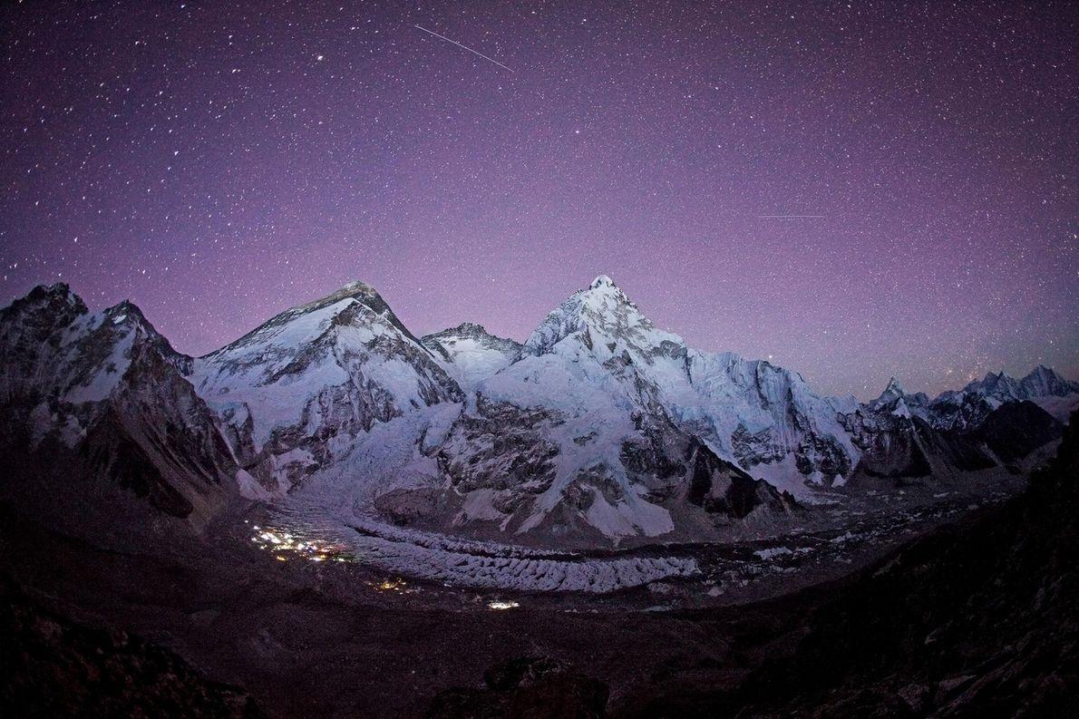 Sur ce cliché pris en 2012, le ciel étoilé scintille de milles feux au-dessus du camp ...