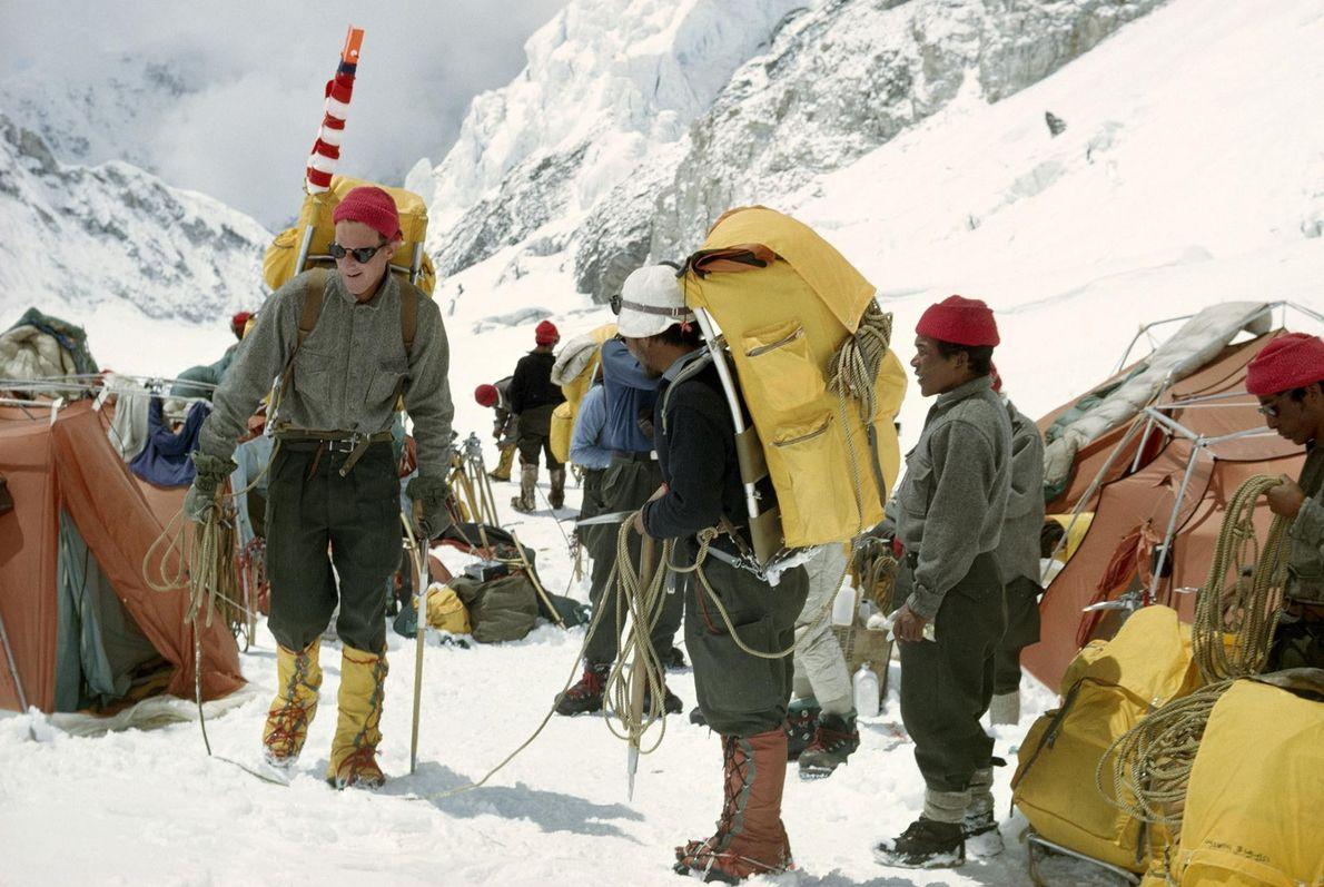 Un groupe d'alpinistes quittent leur camp pour commencer l'ascension de l'Everest.