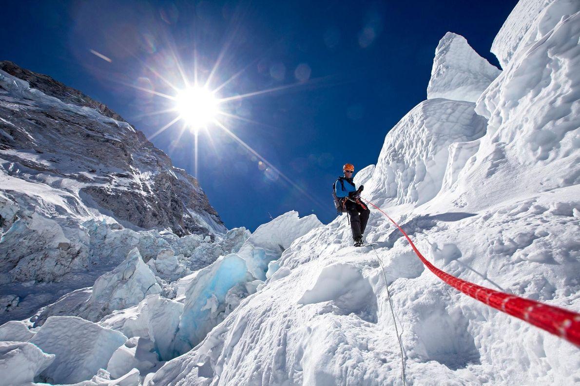 Conrad Anker utilise une corde fixe pour descendre en toute sécurité la cascade de glace du ...