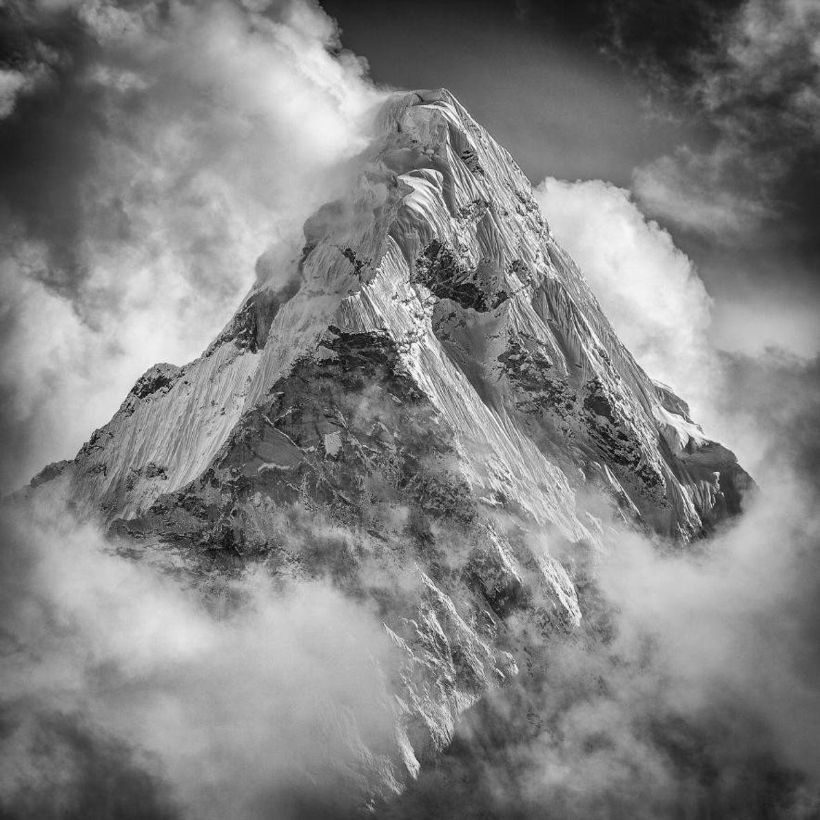 Le pic de l'Everest est enveloppé dans les nuages. Cette montagne est la plus haute au ...