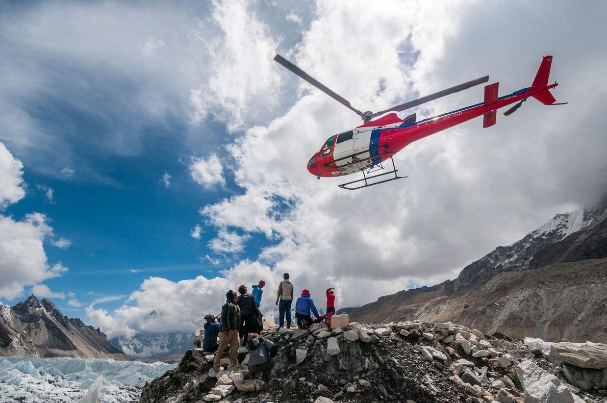 Des hélicoptères font l'aller-retour entre l'héliport du camp de base de l'Everest et le camp de ...
