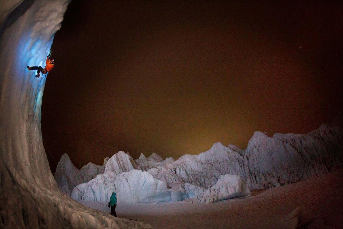 Un alpiniste s'exerce à l'escalade sur glace pendant une séance d'entraînement qui a eu lieu à ...