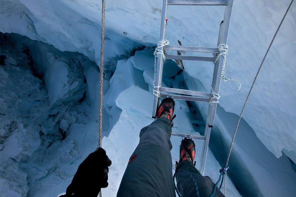 Lors d'une expédition datant de 2012, un alpiniste a traversé une crevasse de la cascade de ...