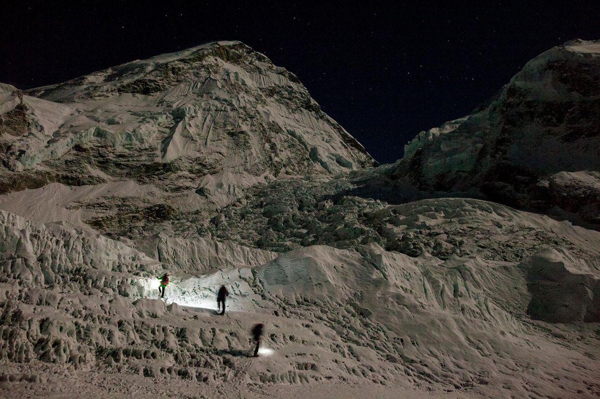 Sur cette photographie prise en 2012, la nuit est tombée sur l'Everest alors qu'un groupe d'alpinistes ...
