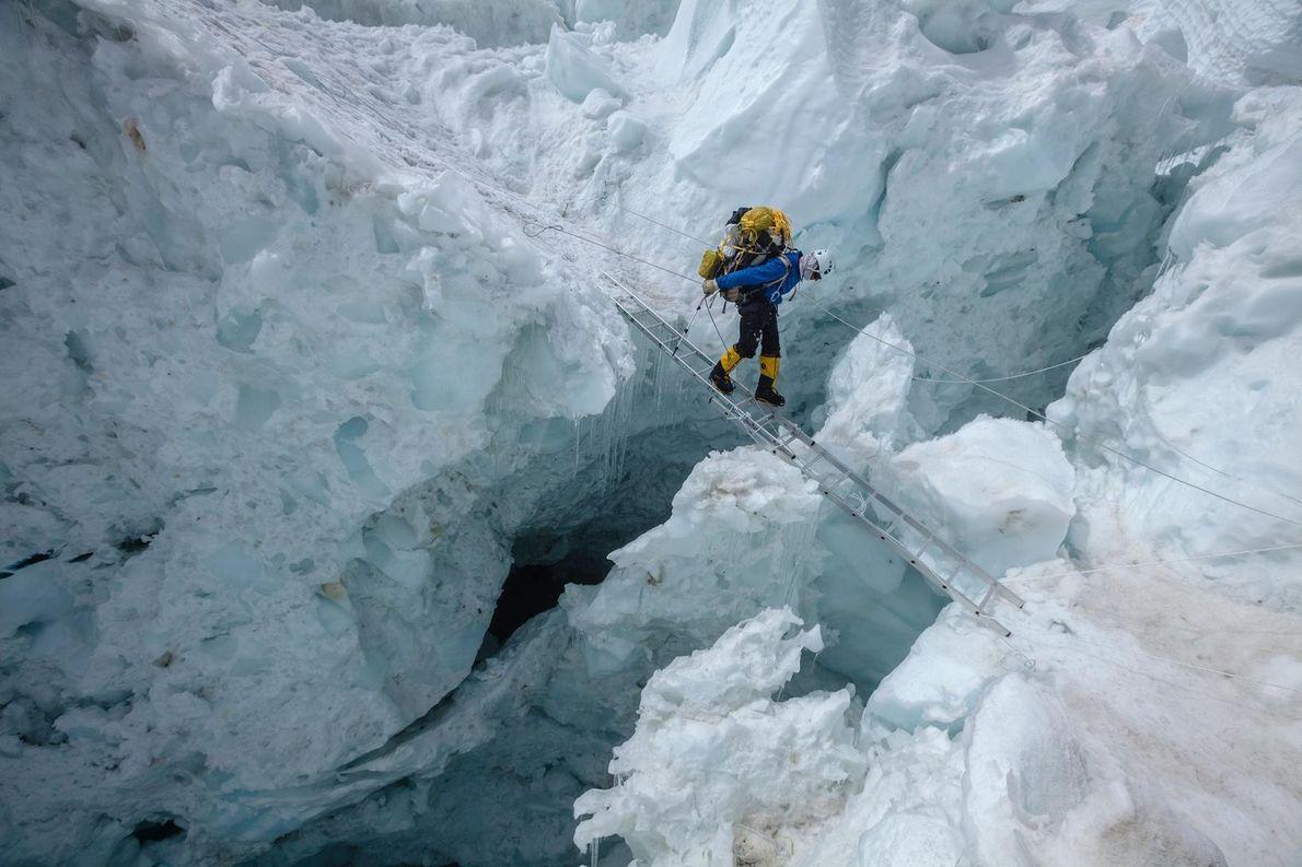 Sur cette photographie prise en 2012, Damian Benegas, alpiniste et guide expérimenté, traverse une crevasse sur ...