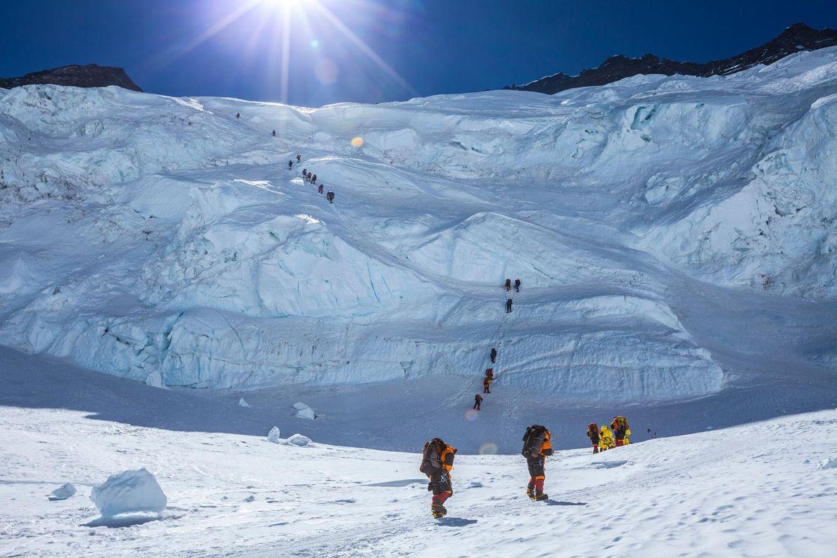 À l'aide de cordes, un groupe d'alpinistes entreprend l'ascension du Lhotse pour atteindre le Col Sud, ...