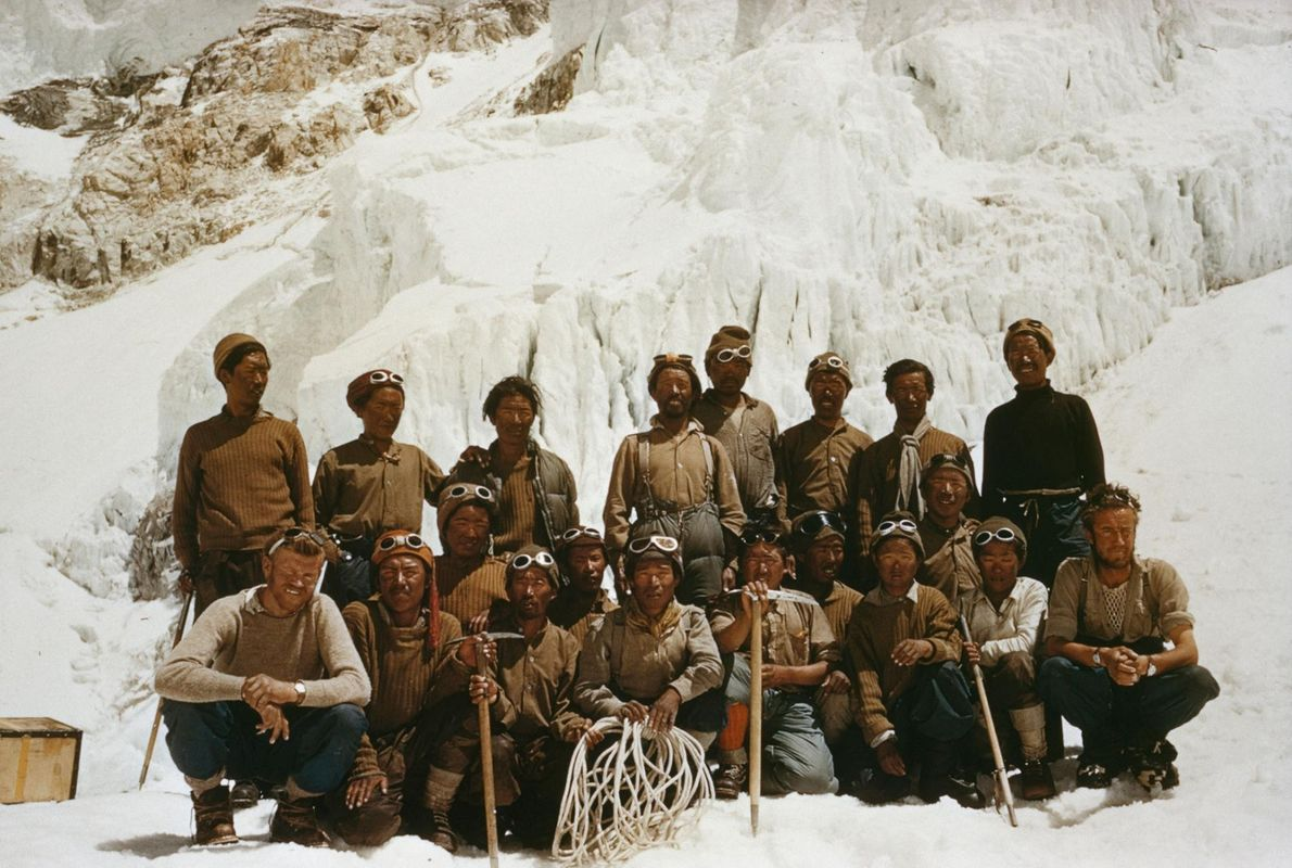 Photographie d'un des groupes de Sherpas qui ont participé à la première ascension réussie de l'Everest.