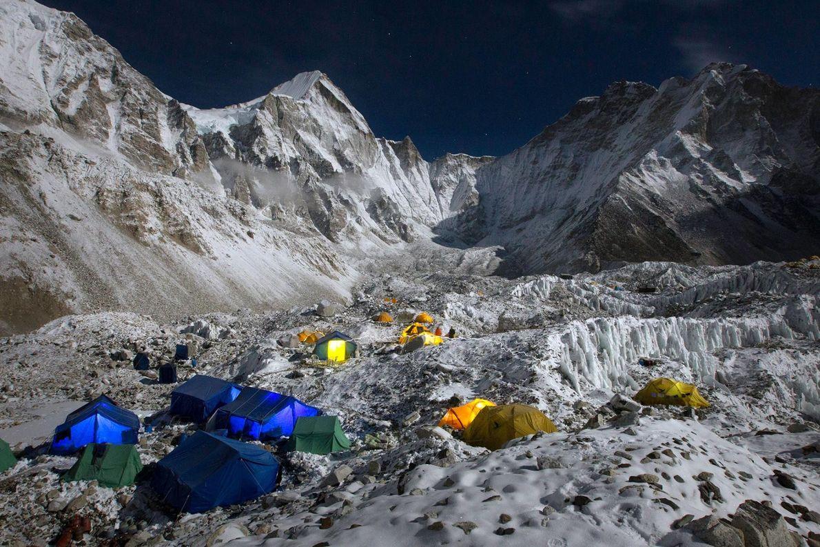 Au pied du glacier du Khumbu se trouve le camp de base de l'Everest, situé sur ...