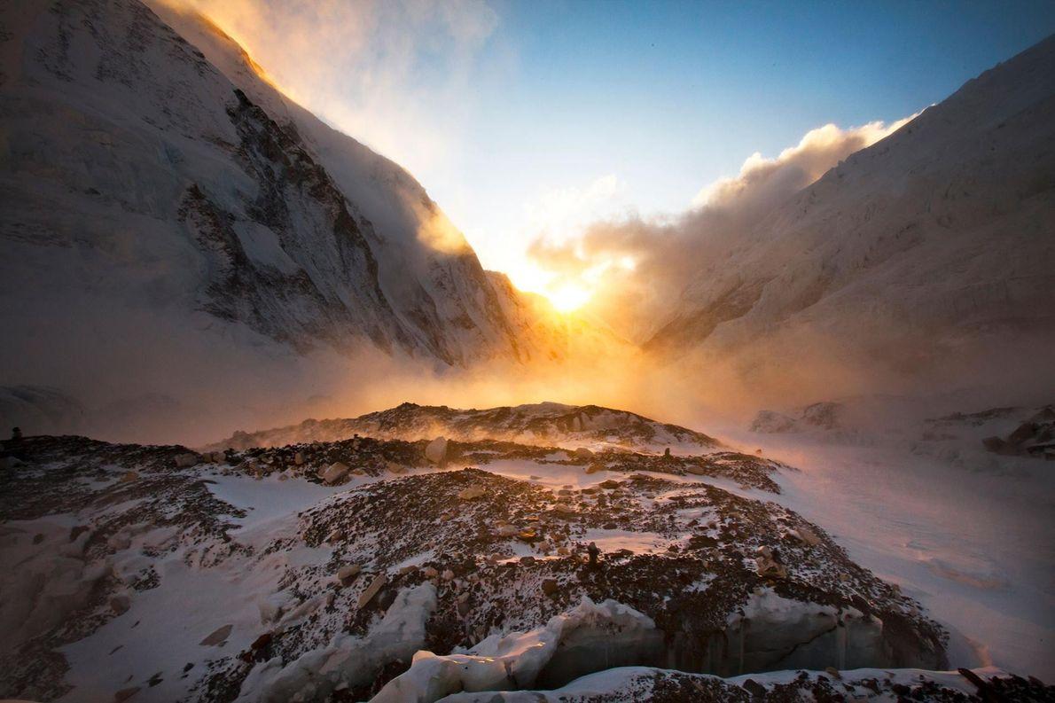 La lumière du soleil levant inonde la partie ouest de l'Everest ainsi que le Nuptse, un ...