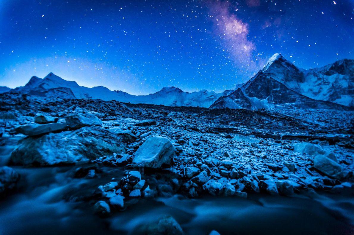 La voie lactée brille de milles feux au-dessus de l'Himalaya, une chaîne montagneuse en Asie qui ...