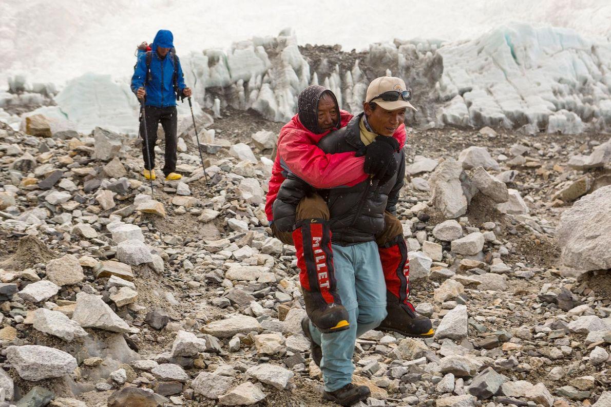 Cet homme de 82 ans a tenté l'ascension de l'Everest en 2013. Sur cette photographie, il ...
