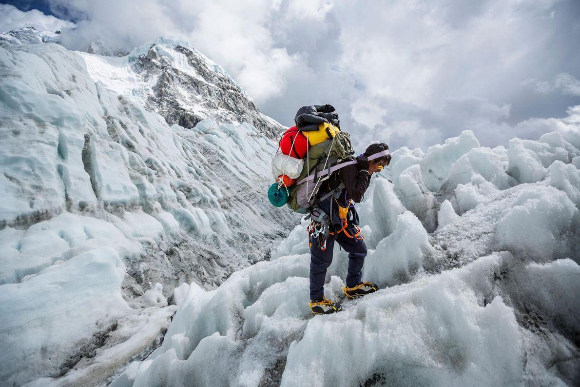 Un Sherpa descend la cascade de glace du Khumbu pour rejoindre le camp de base de ...