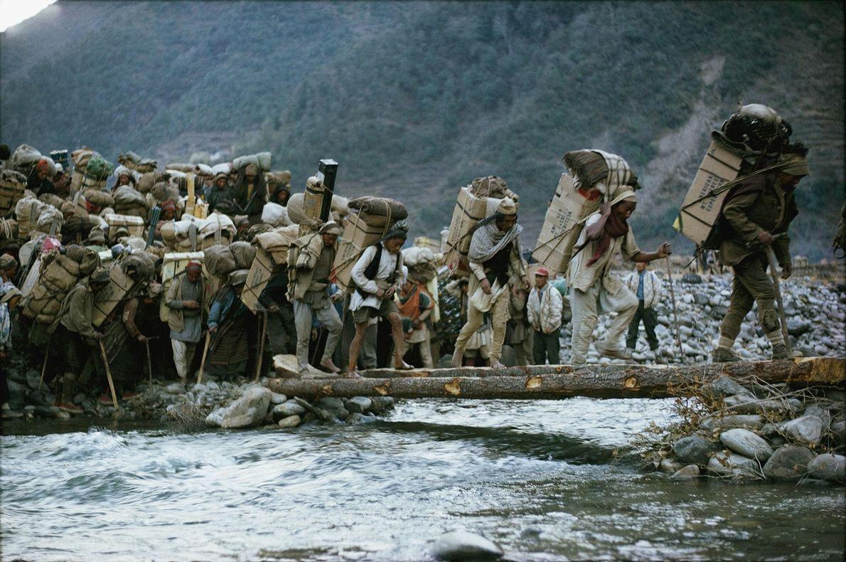 Lors de l'expédition américaine pour l'ascension de l'Everest de 1963, des porteurs étaient en charge de ...