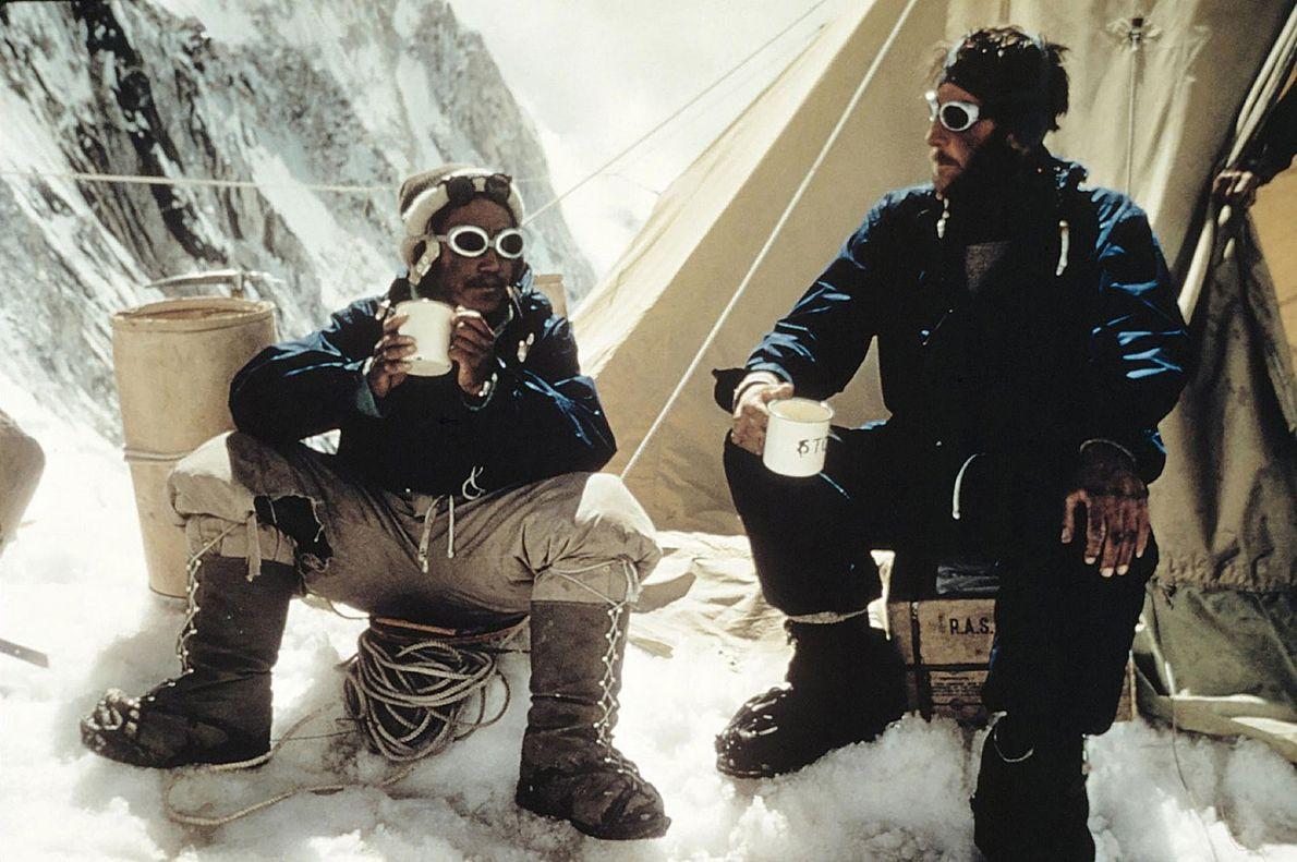 Après avoir réussi leur ascension de l'Everest, Tensing Norgay et Edmund Hillary célèbrent leur succès avec ...
