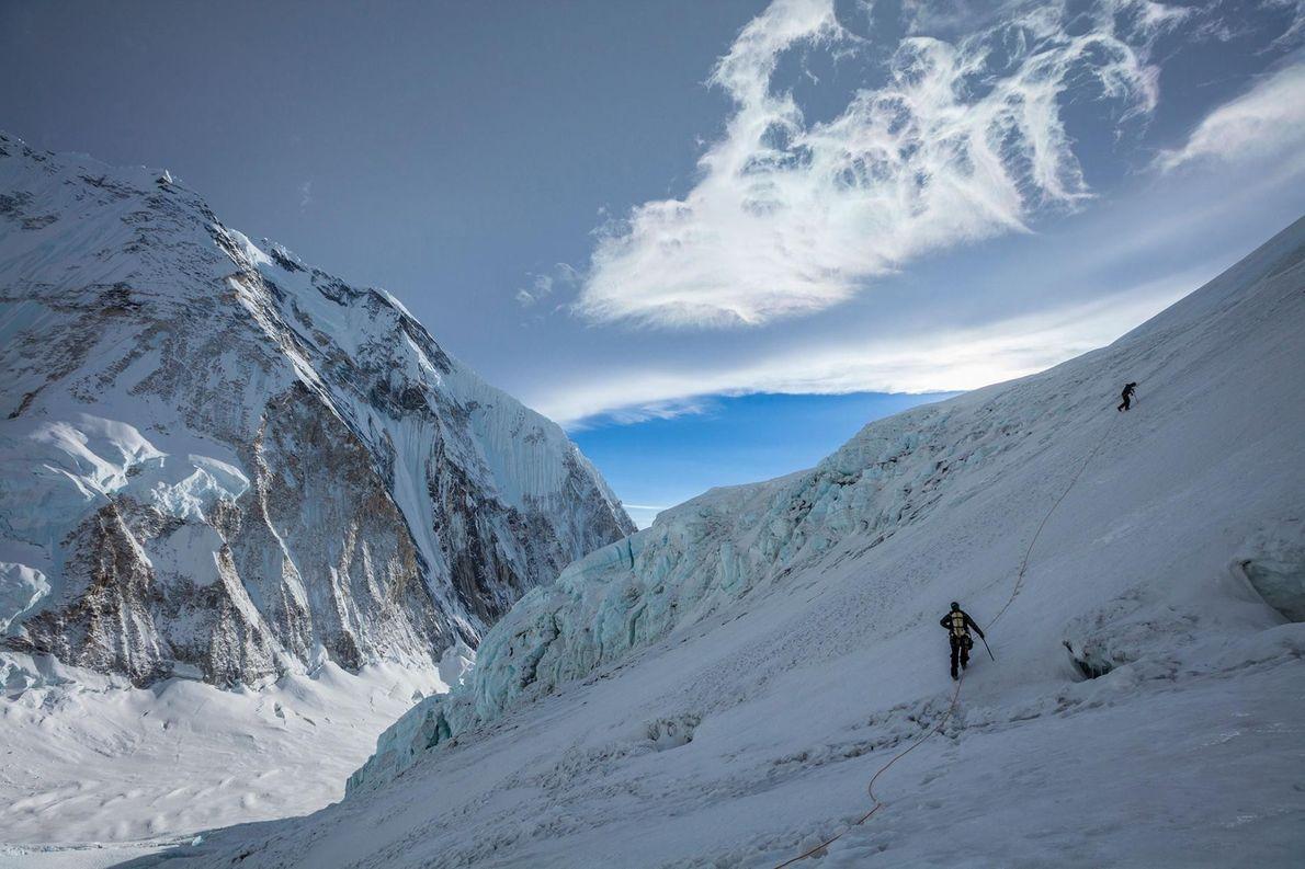 Conrad Anker et Jangbu Sherpa escaladent la partie ouest de l'Everest afin de récupérer l'équipement caché ...