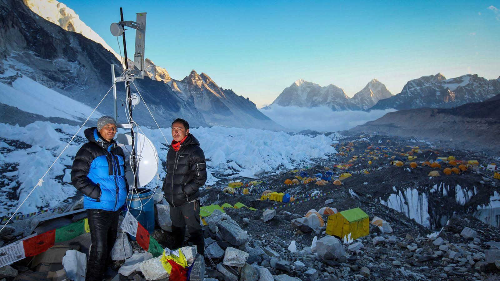 Suresh Lama, ingénieur d'Everest Link spécialisé dans la technologie sans fil, se tient aux côtés de son ...