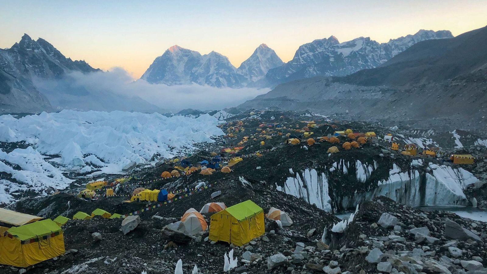 Au pied du glacier du Khumbu, le camp de base de l'Everest est encerclé par certains ...