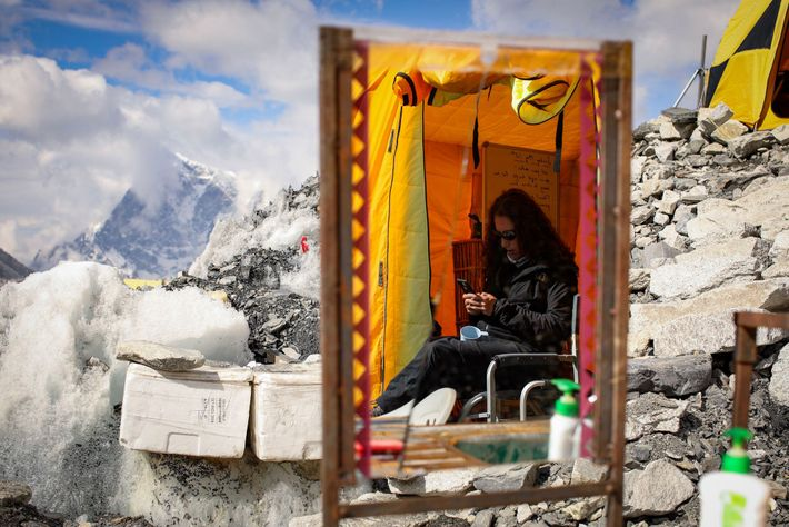 Après une semaine de marche pour atteindre le camp de base situé sur le versant népalais, ...