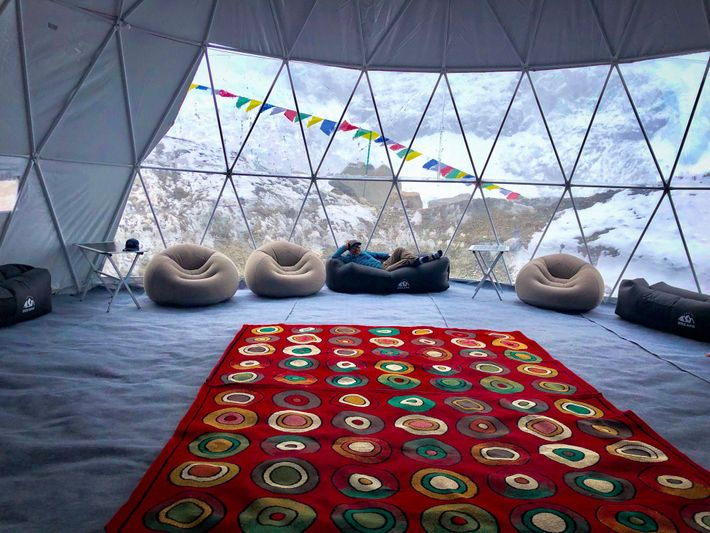 Avec un revêtement transparent, la tente de Climbing the Seven Summits offre l'une des vues les ...