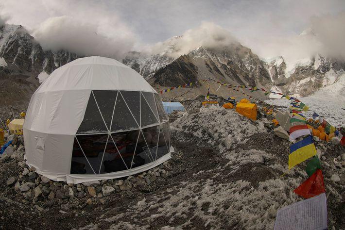Le service de guides Climbing the Seven Summits installe une tente dôme dans le centre de ...