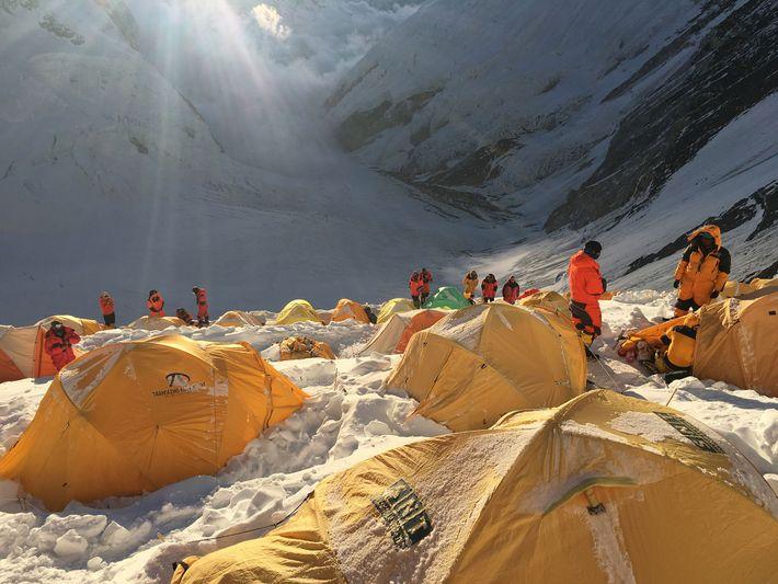 Les équipes des expéditions se reposent au camp n°3, font ensuite étape au camp n°4, plus ...