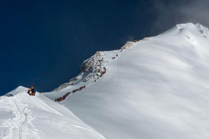 Plusieurs équipes d'alpinistes progressent vers le sommet de l'Everest en empruntant un itinéraire connu sous le ...